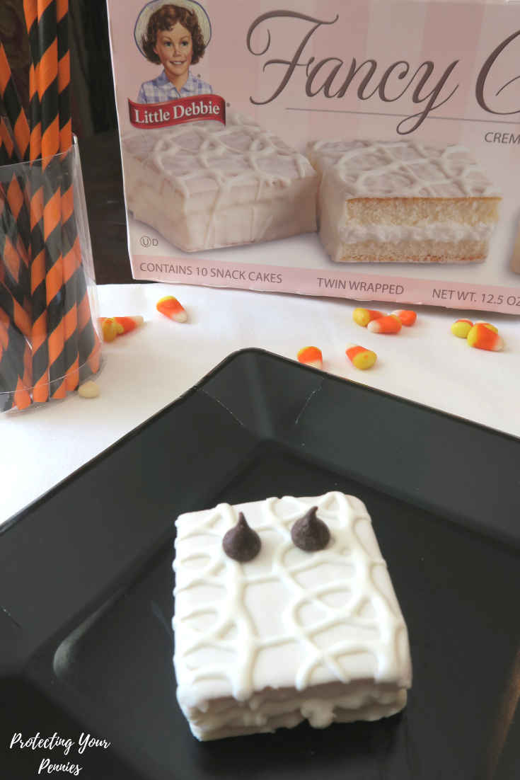 No Bake Halloween Mummy Cakes with Chocolate Chip Eyes - 3 ingredient Halloween dessert treat for kids - Great for school parties